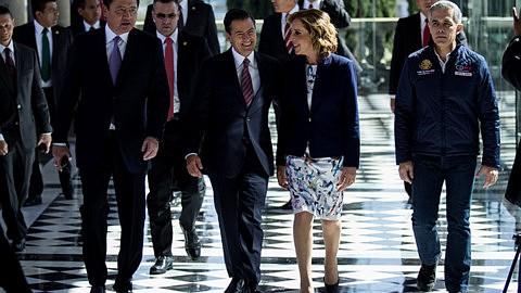 Miguel Ángel Osorio Chong, secretario de Gobernación; Enrique Peña Nieto, Presidente de México; María Elena Morera, presidenta de Causa en Común, y Miguel Ángel Mancera, Jefe de Gobierno,